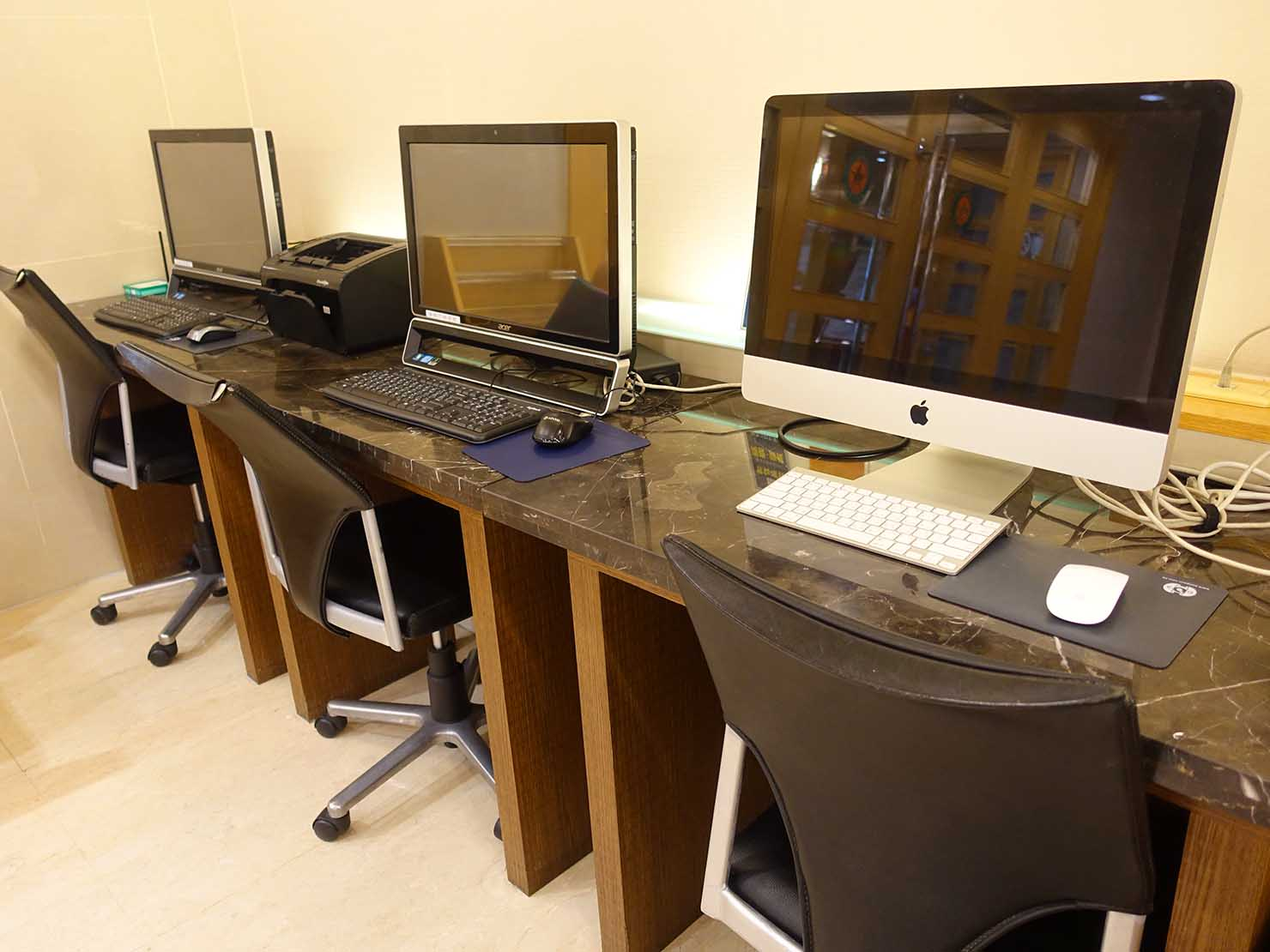 高雄のおすすめチェーンホテル「康橋商旅 Kindness Hotel(漢神館)」のカフェスペースに置かれたパソコン
