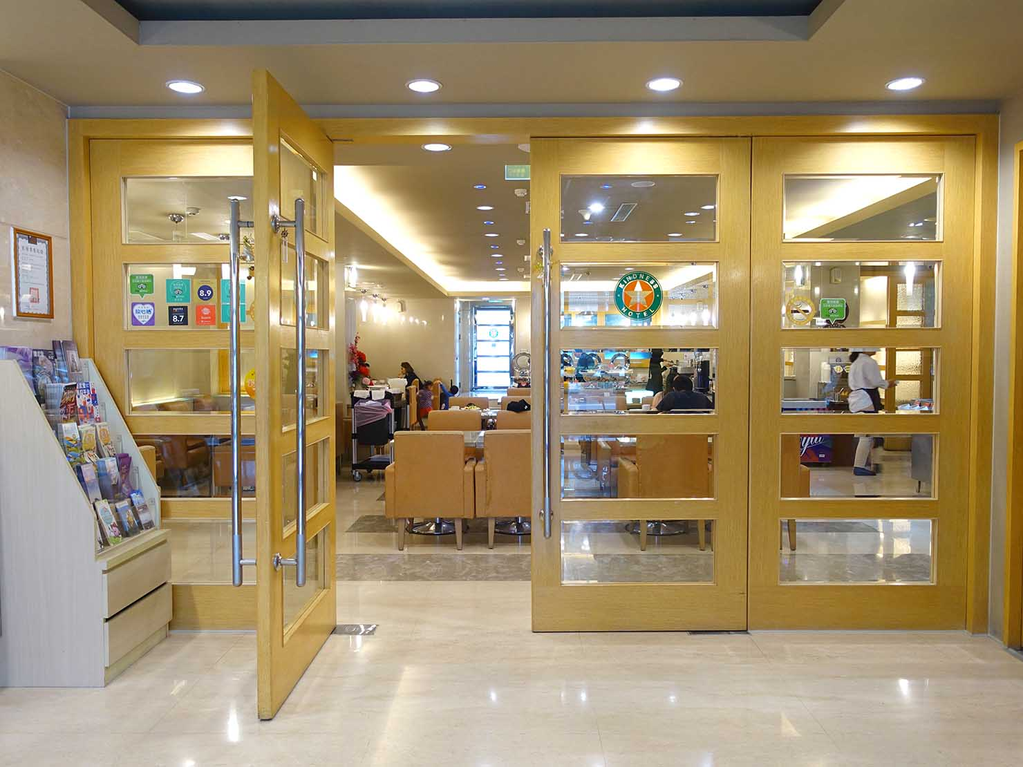 高雄のおすすめチェーンホテル「康橋商旅 Kindness Hotel(漢神館)」のロビー奥にあるカフェスペース