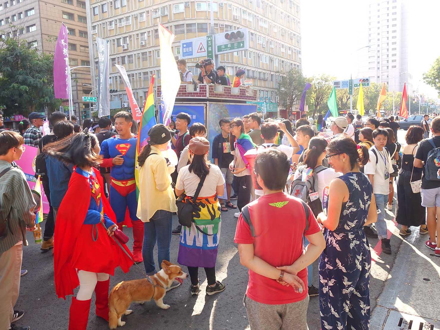「高雄同志大遊行(高雄プライド)」2019のパレードカーに続いて出発する参加者たち