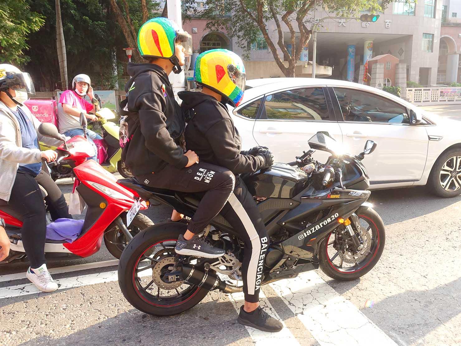 「高雄同志大遊行(高雄プライド)」2019のパレードをレインボーヘルメット姿で応援する2人