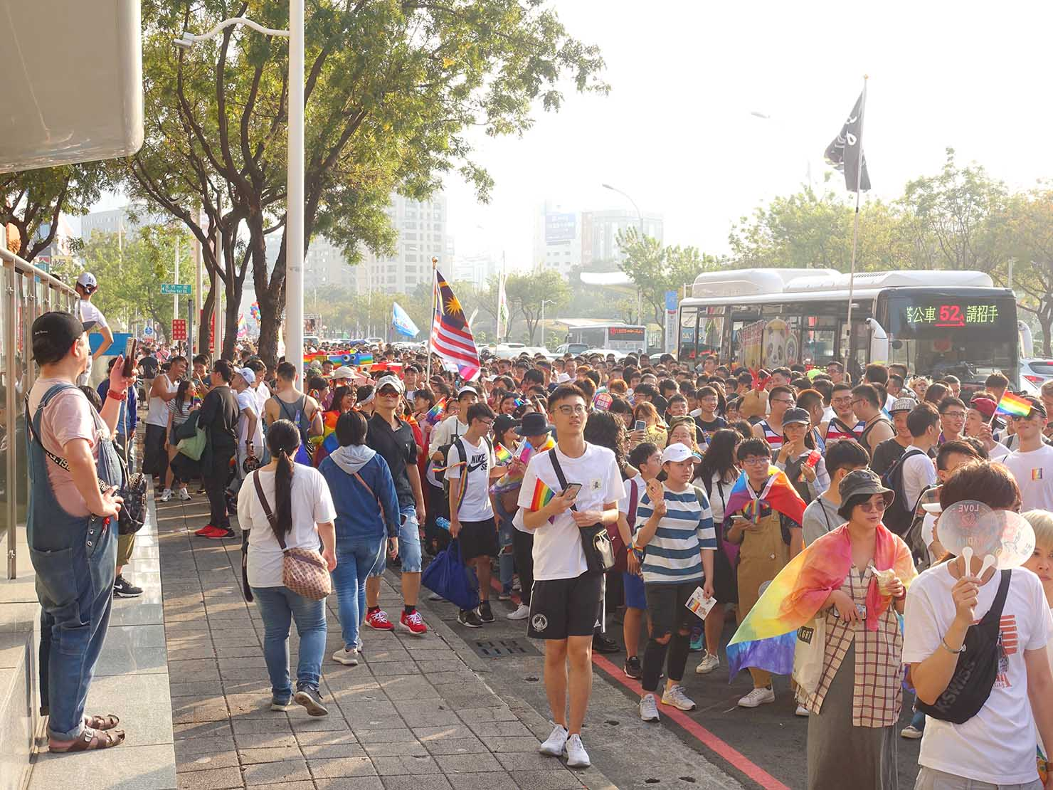 「高雄同志大遊行(高雄プライド)」2019でMRT中央公園駅前を歩くパレード参加者たち
