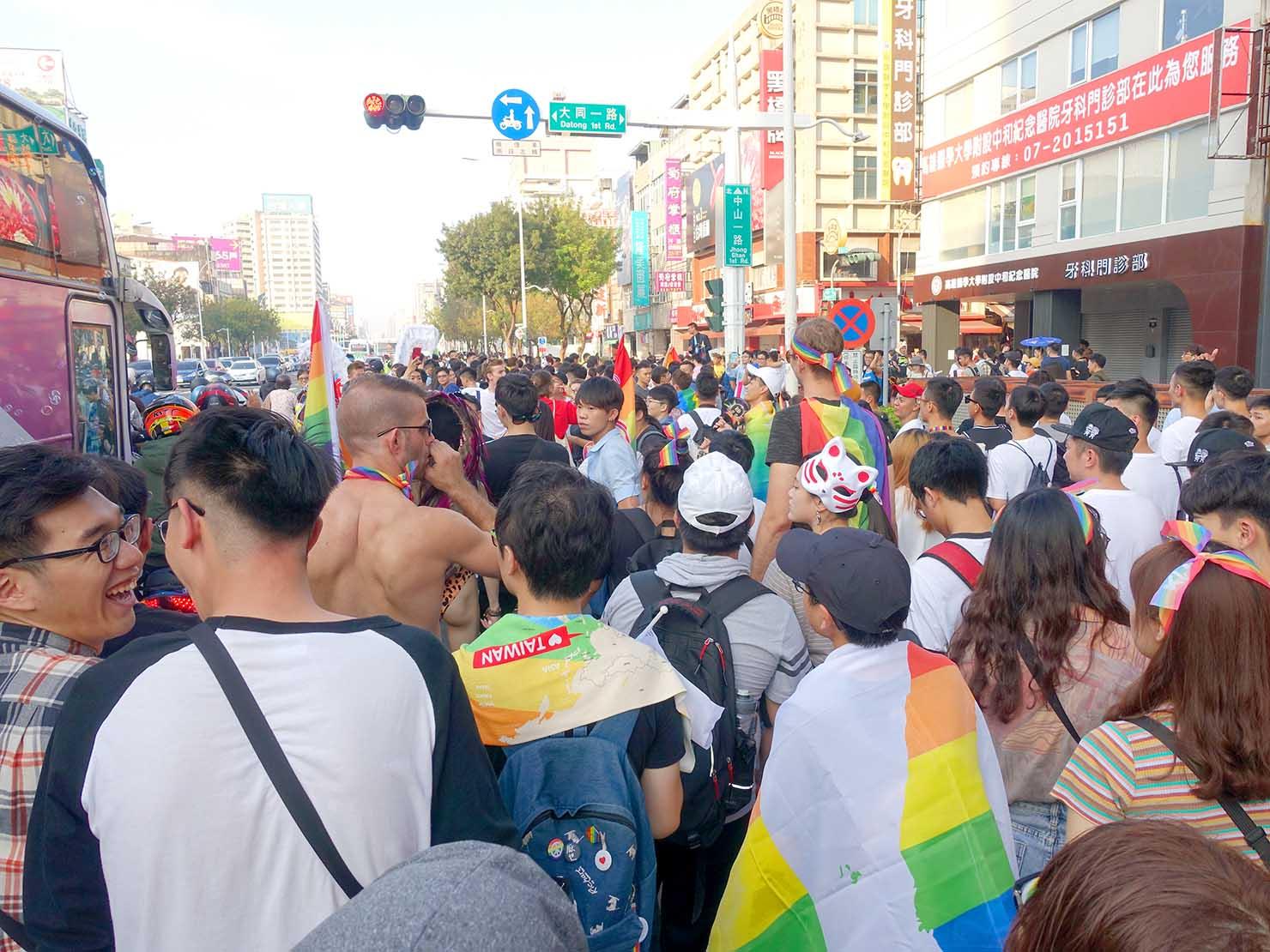 「高雄同志大遊行(高雄プライド)」2019で中山一路を歩くパレード参加者たち