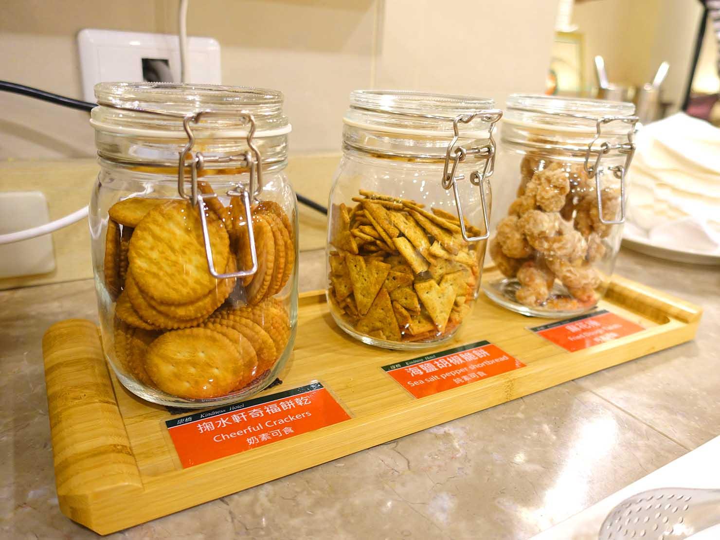 高雄のおすすめチェーンホテル「康橋商旅 Kindness Hotel(漢神館)」カフェスペースのお菓子