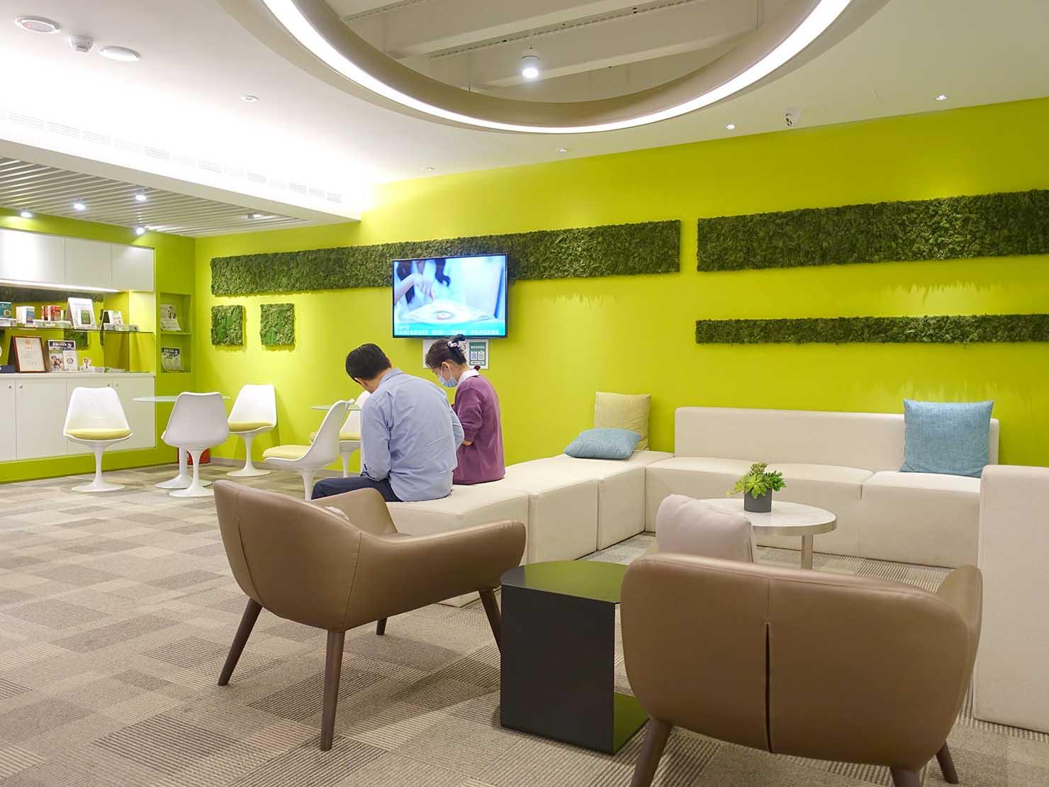 台湾の健康診断センター「國泰健康管理」2Fフロアのソファ