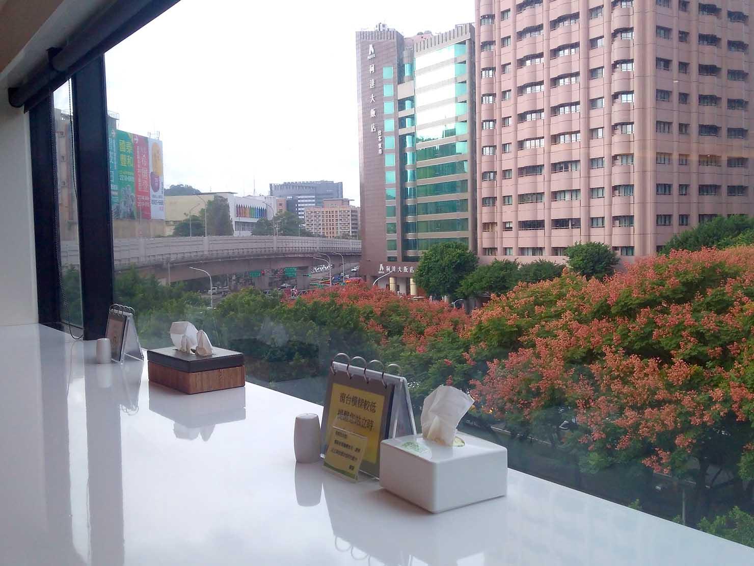 台湾の健康診断センター「國泰健康管理」のカフェテリアから眺める敦化南路