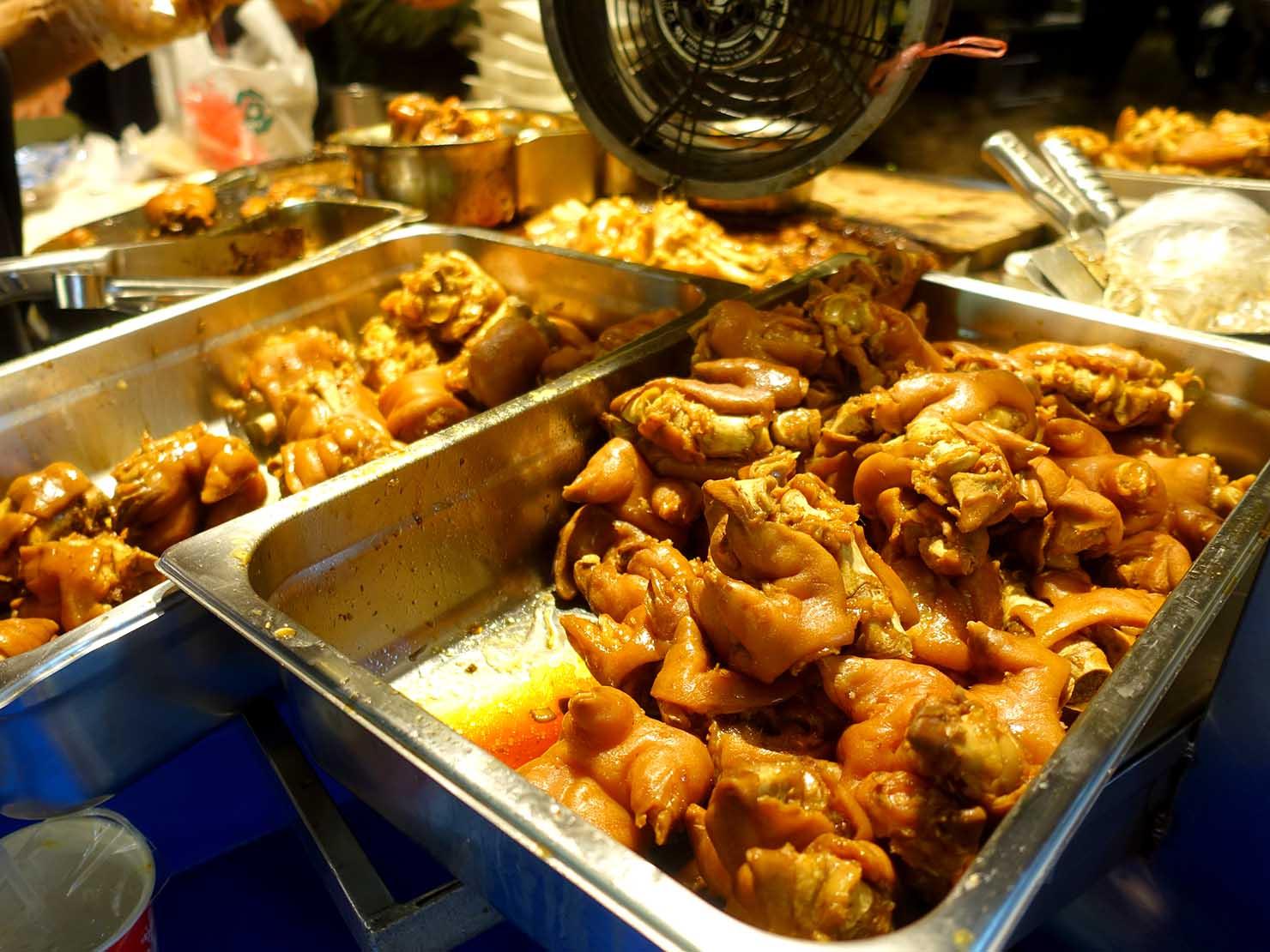 台北・松江南京駅(四平街商圈)周辺のおすすめグルメ店「富霸王豬腳」の軒先に並ぶ豚足