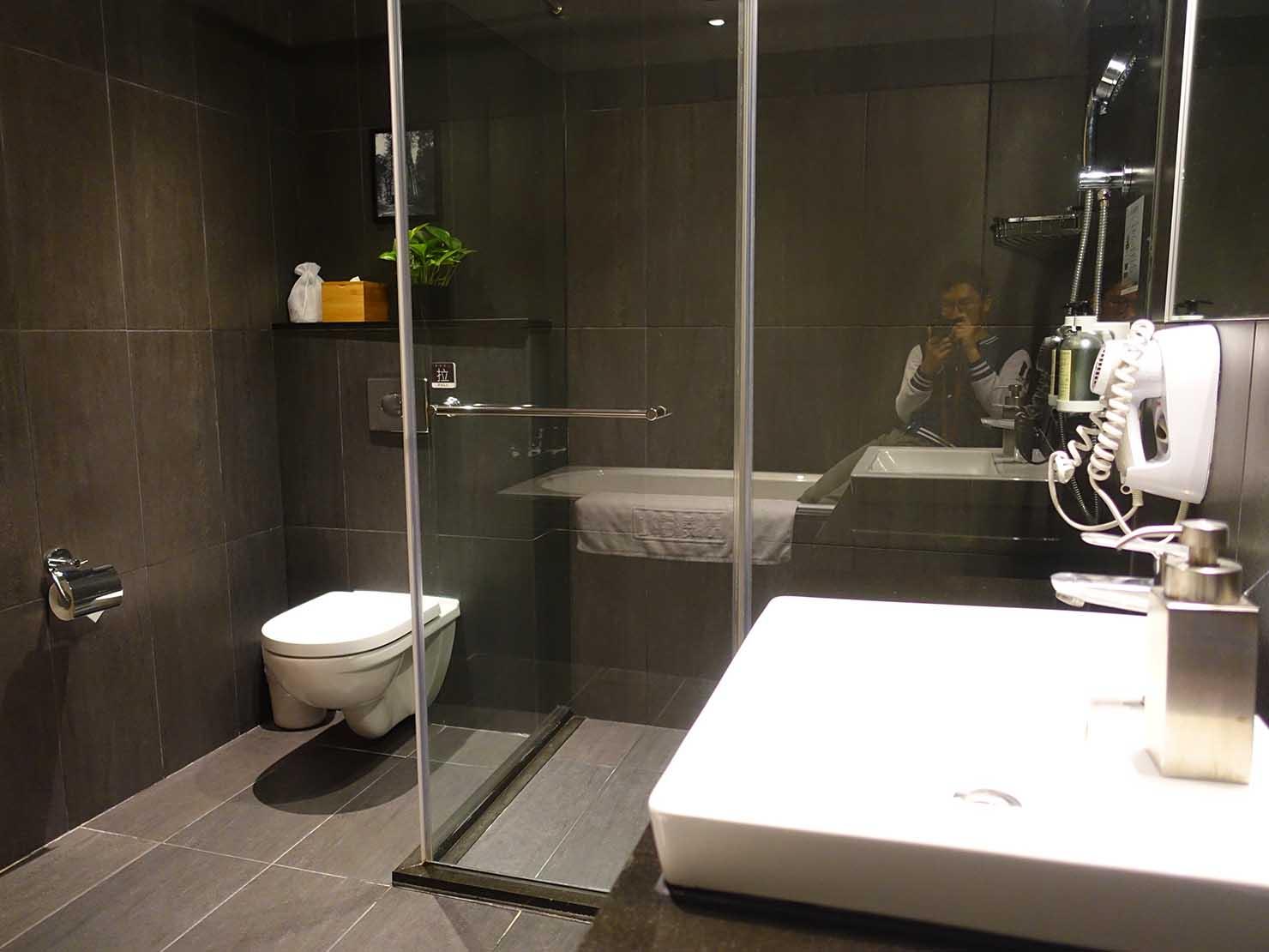 嘉義のおすすめホテル「嘉義觀止」觀止商務房(ツインルーム)のシャワースペース