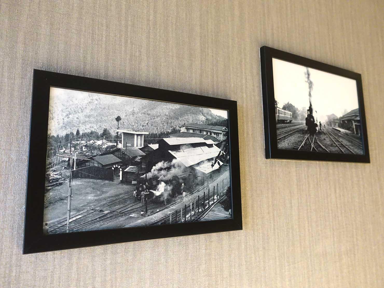 嘉義のおすすめホテル「嘉義觀止」觀止商務房(ツインルーム)の壁に掛けられた阿里山の写真