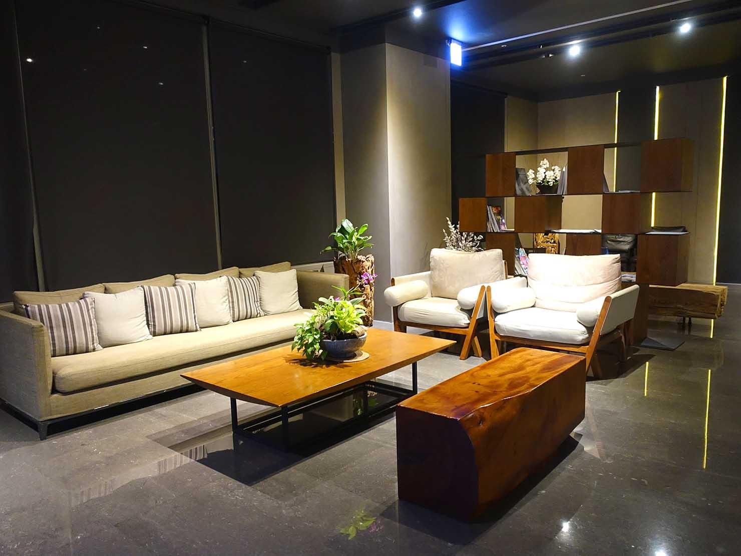 嘉義のおすすめホテル「嘉義觀止」ロビーのソファ