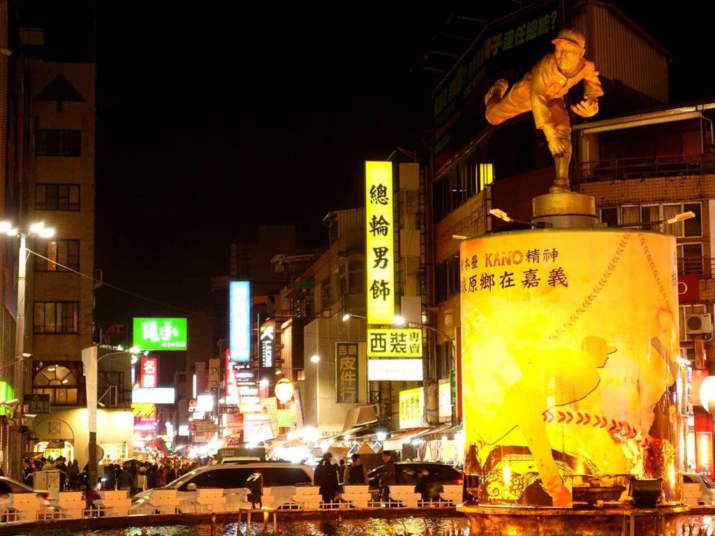 嘉義のおすすめ観光スポット「文化路夜市」前の噴水広場