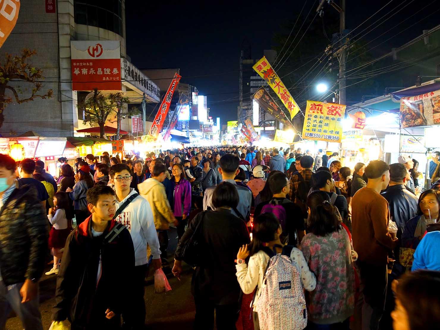 嘉義のおすすめ観光スポット「文化路夜市」に集まるお客さんたち
