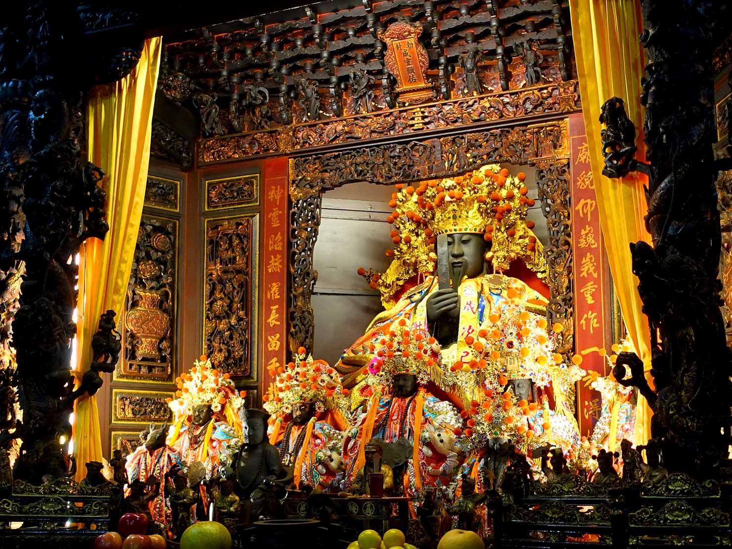 嘉義のおすすめ観光スポット「嘉義城隍廟」の正殿に鎮座する威靈公