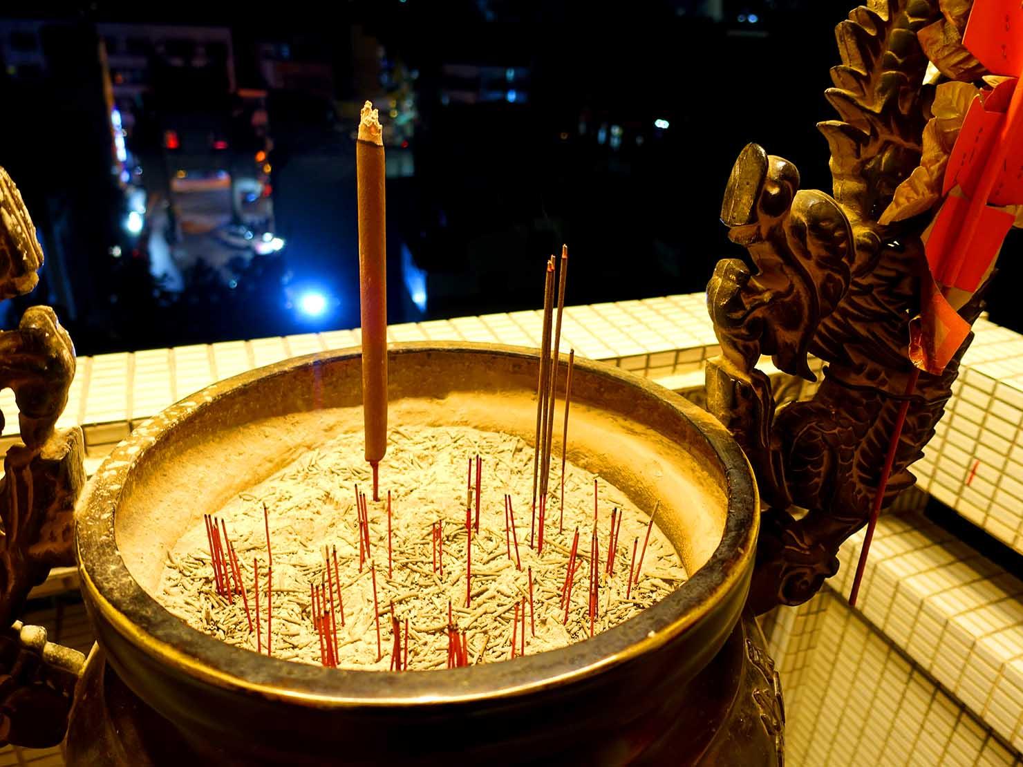 嘉義のおすすめ観光スポット「嘉義城隍廟」に捧げられたお線香