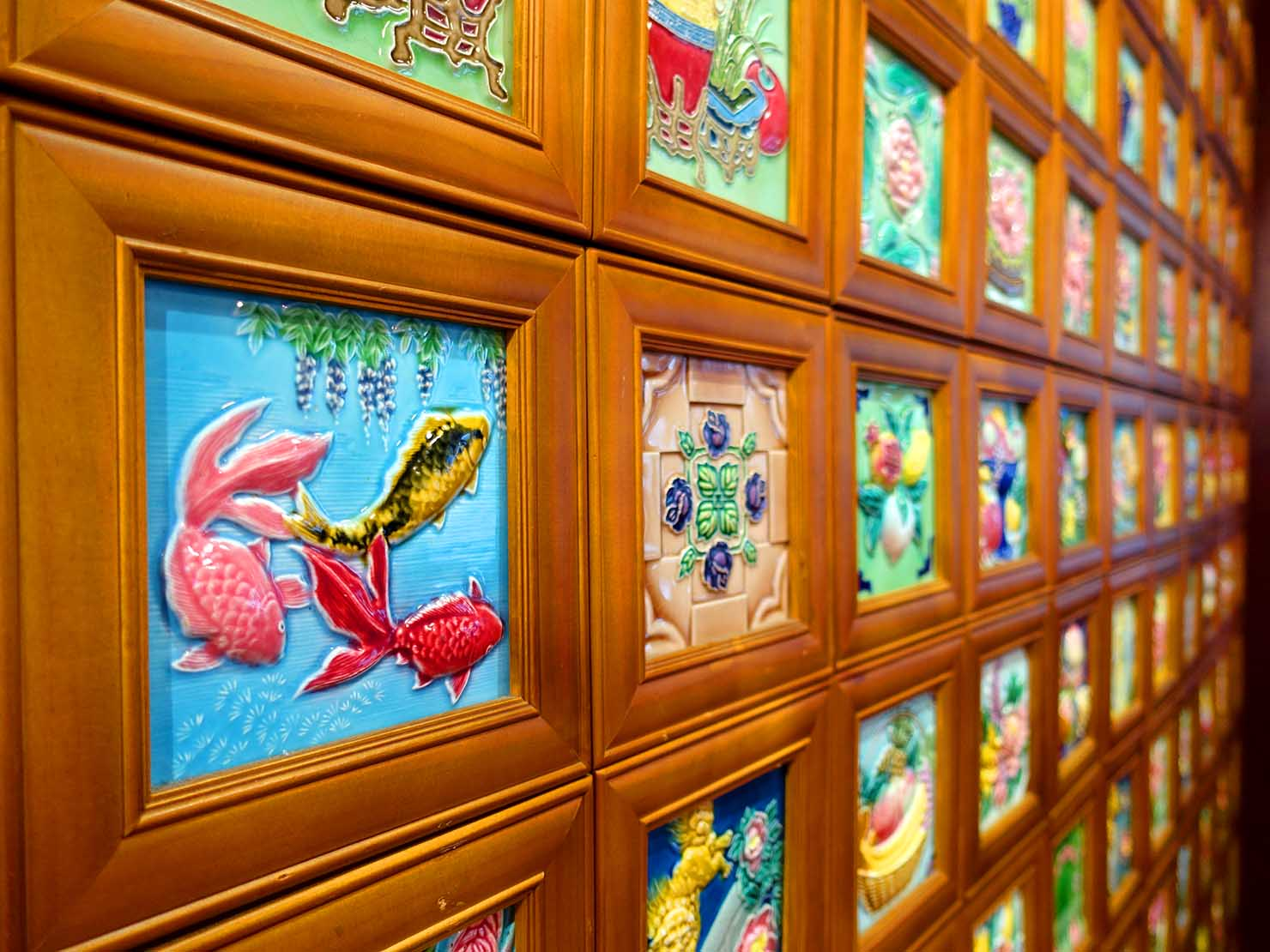 嘉義のおすすめ観光スポット「台灣花磚博物館」に展示された金魚の花磚