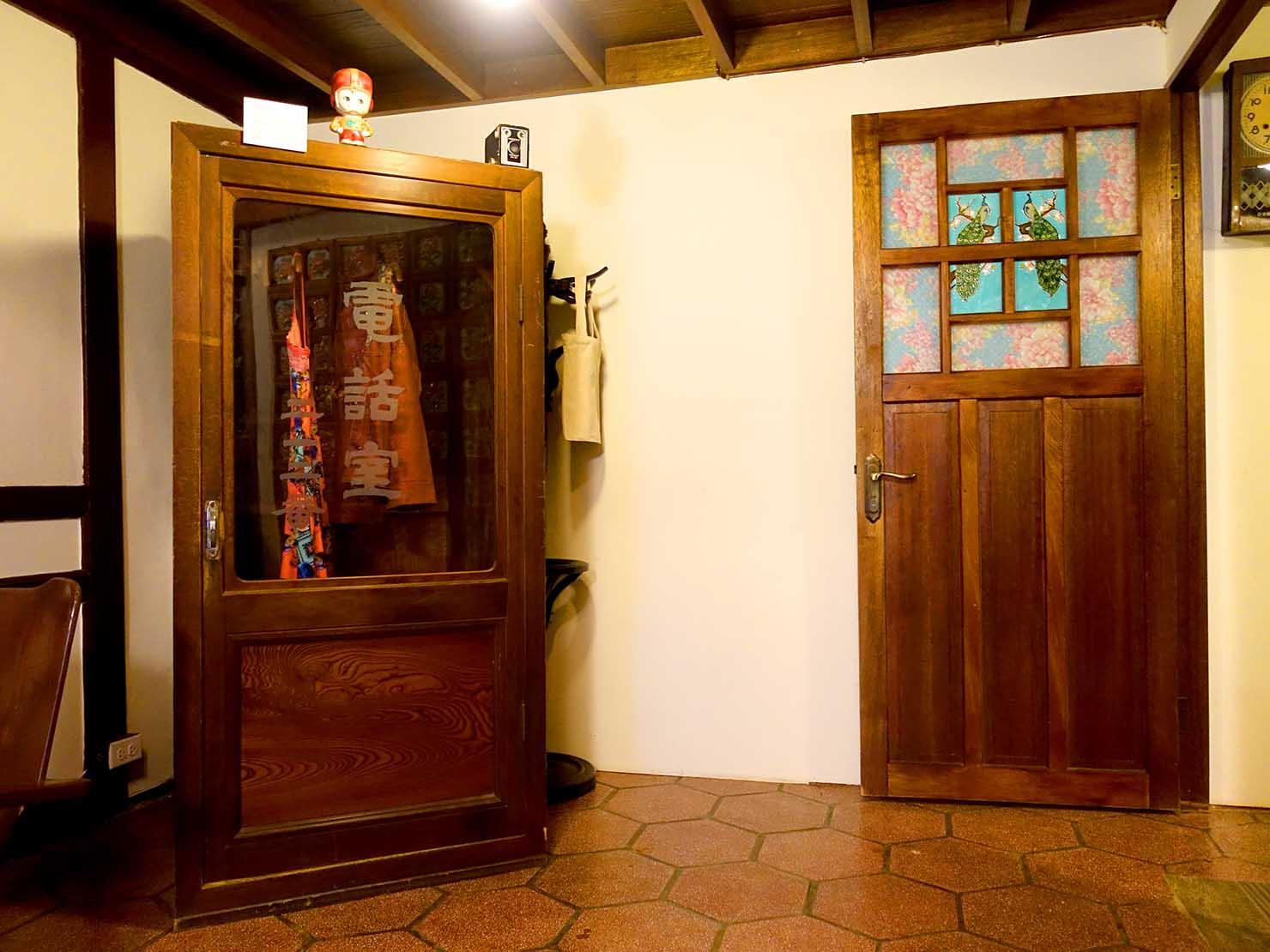 嘉義のおすすめ観光スポット「台灣花磚博物館」2Fに展示された電話ボックス