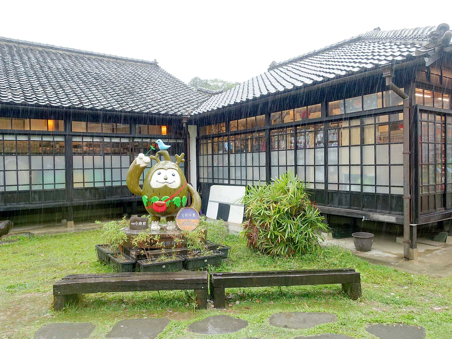 嘉義のおすすめ観光スポット「檜意森活村」のキャラクターが建つ庭