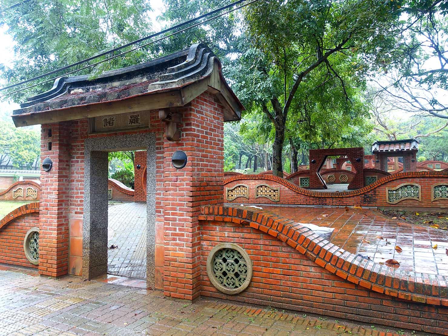 嘉義のおすすめ観光スポット「嘉義公園」に建つレンガ造りの門
