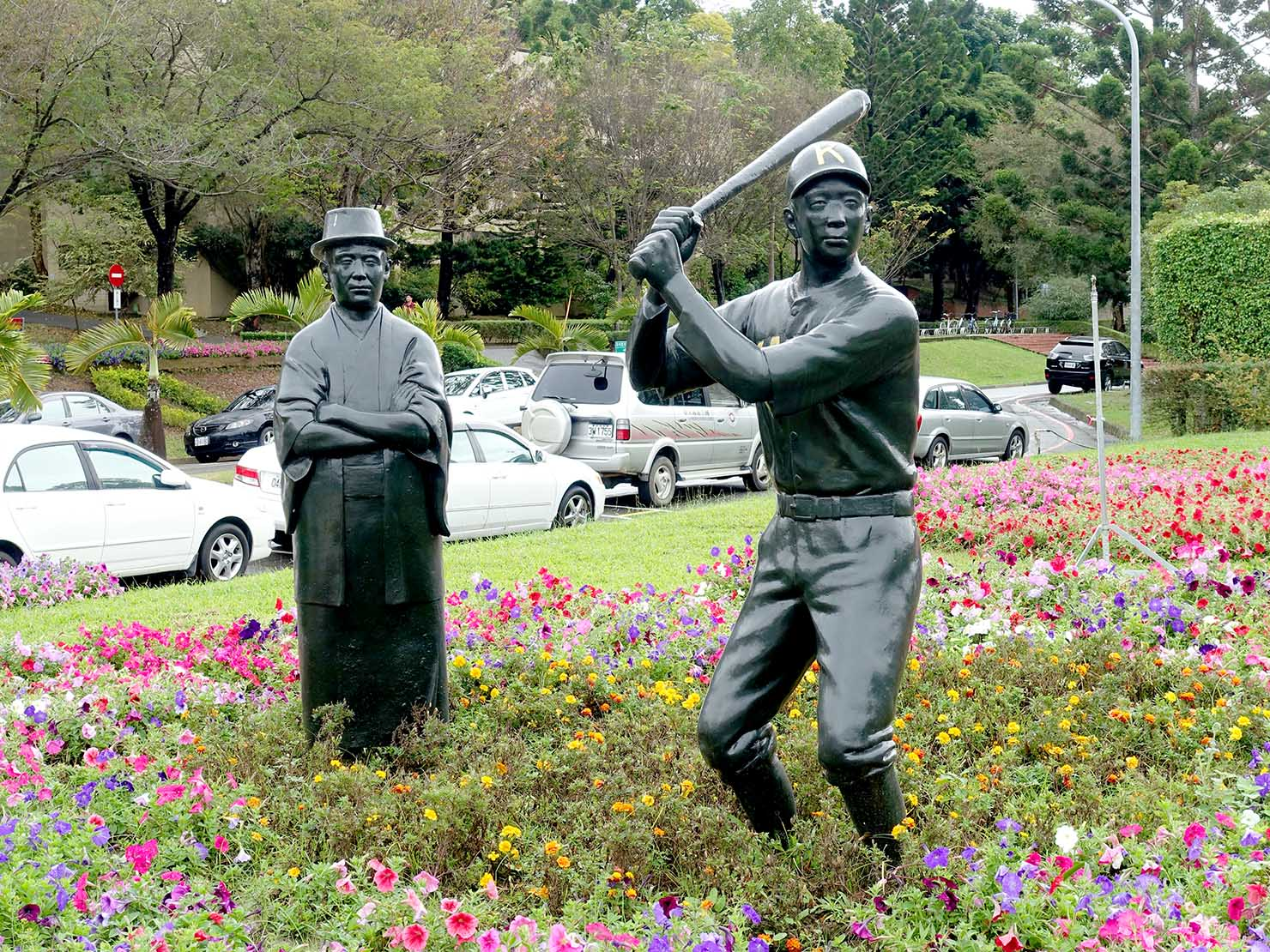 嘉義のおすすめ観光スポット「國立嘉義大學(蘭潭校區)」に置かれた先生と選手の銅像