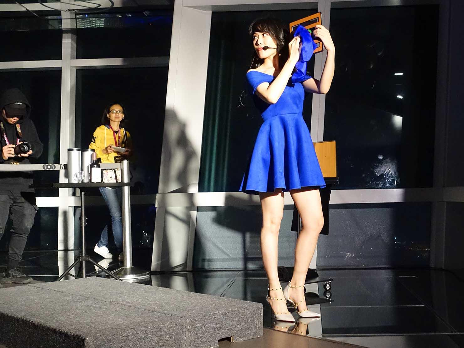 KKday「台北101 89階展望台カウントダウンパーティー」でパフォーマンスするマジシャン