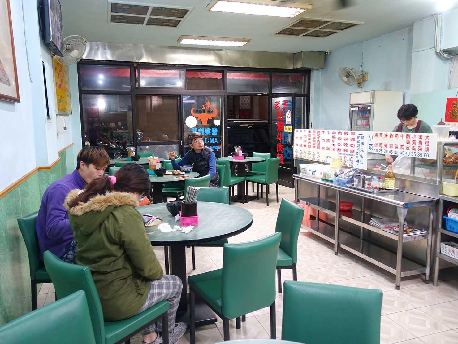 台北・古亭のおすすめグルメ店「老王紅燒牛肉麵」の店内
