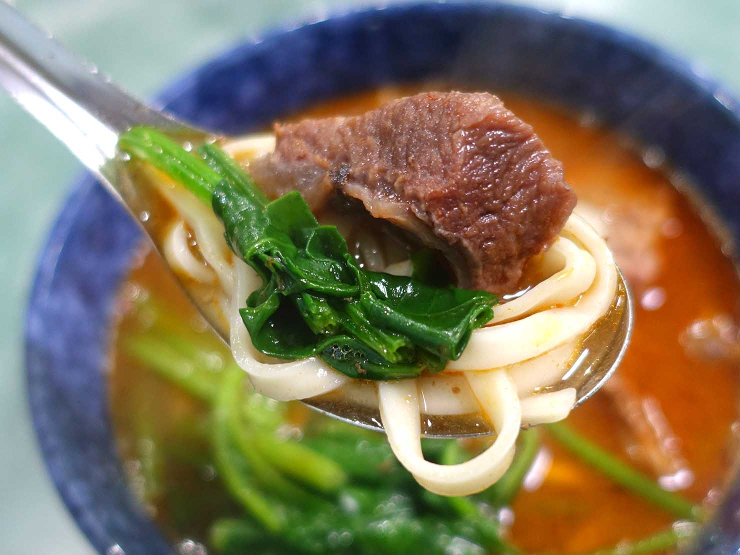 台北・古亭のおすすめグルメ店「老王紅燒牛肉麵」の牛肉麵クローズアップ