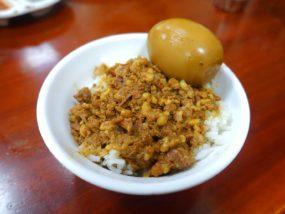 台北・寧夏夜市のおすすめグルメ店「龍緣魯肉飯」の魯肉飯