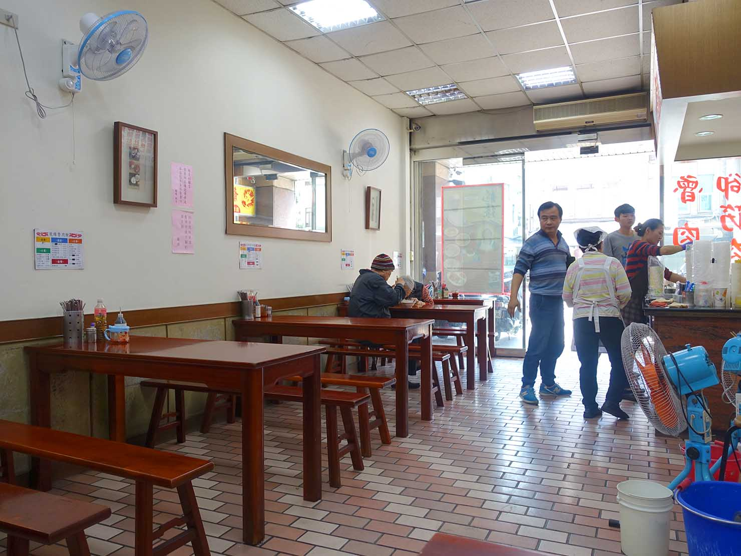 台北・寧夏夜市のおすすめグルメ店「龍緣魯肉飯」の店内