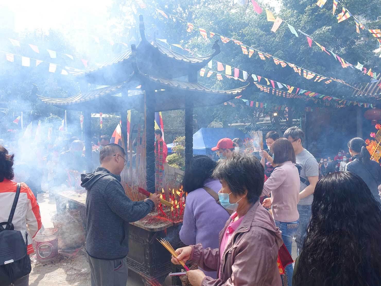 マカオ「普濟禪院」の初詣で立ち上る煙