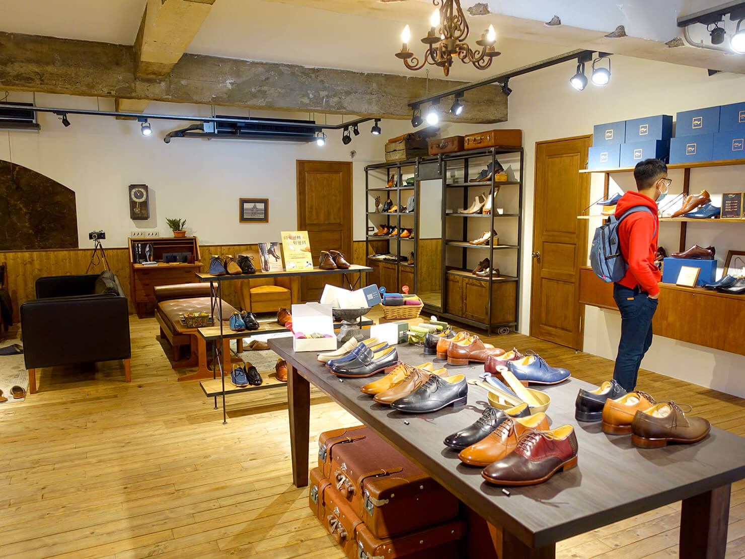 台湾のおすすめ革靴ブランド「林果良品 ORINGO」台北東門店の店内に並ぶ革靴