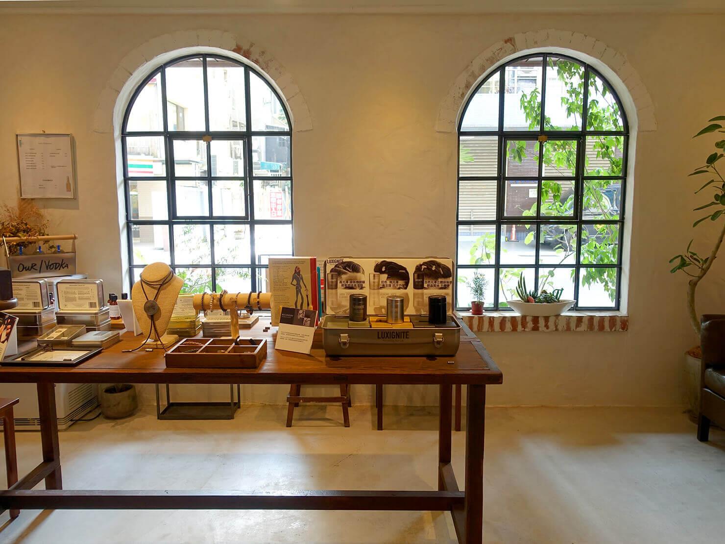 台湾のおすすめ革靴ブランド「林果良品 ORINGO」台北東門店のアーチ型の窓