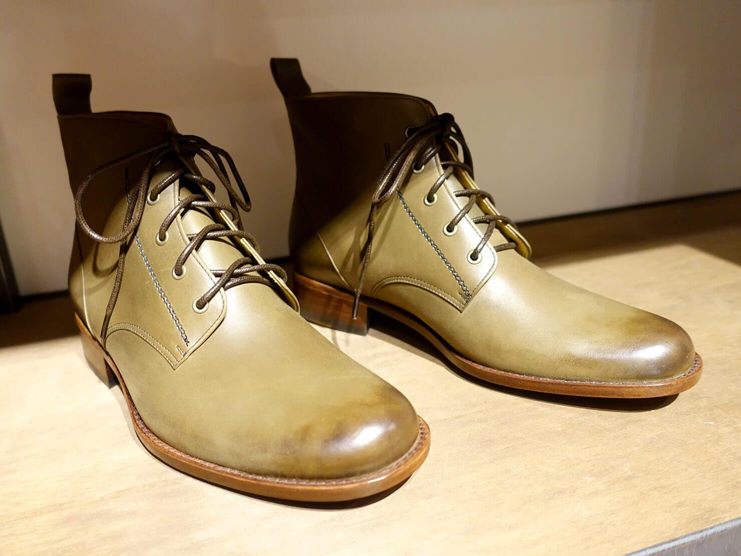 台湾のおすすめ革靴ブランド「林果良品 ORINGO」台北東門店に並ぶメンズの靴子(ブーツ)