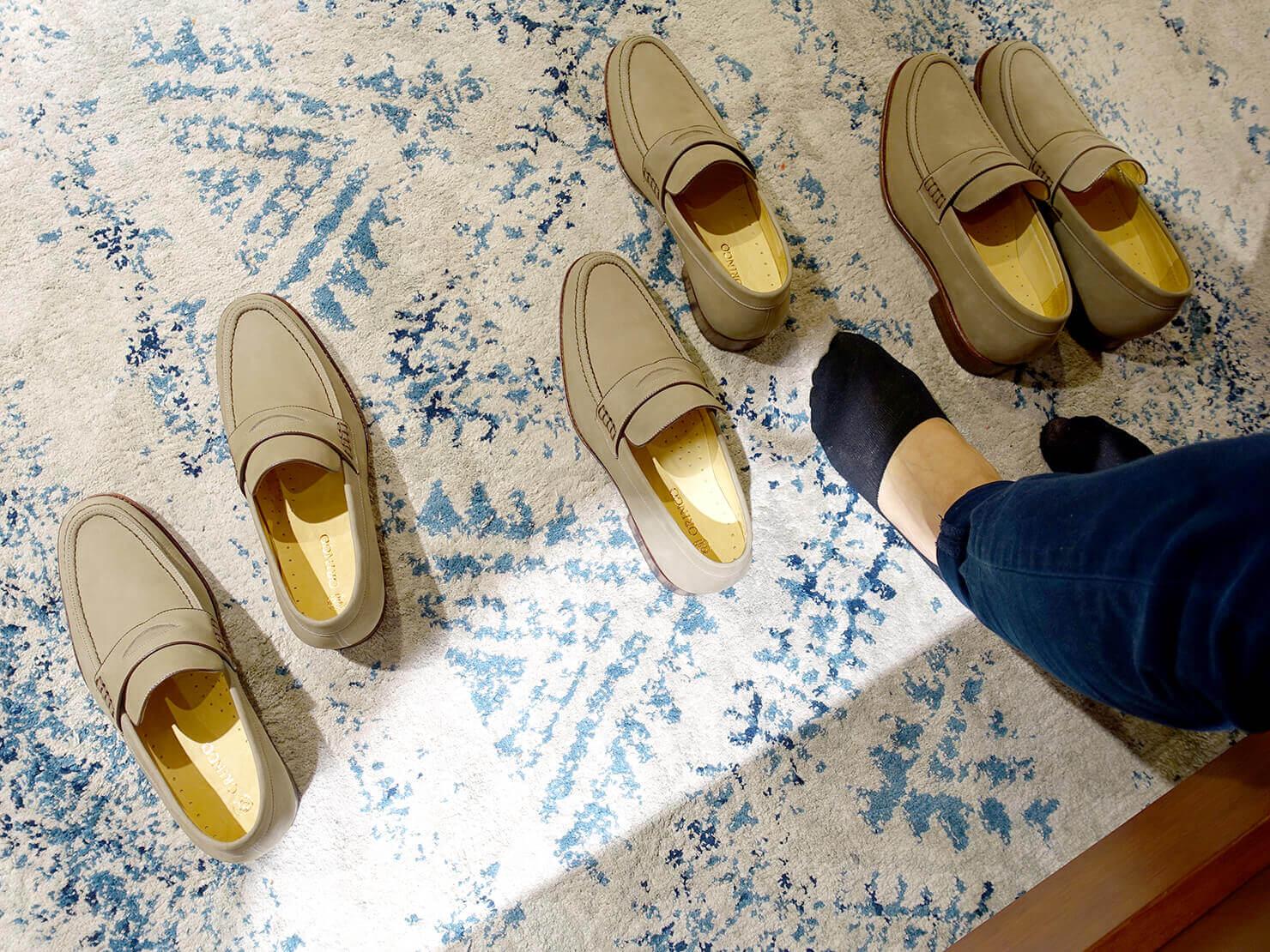 台湾のおすすめ革靴ブランド「林果良品 ORINGO」台北東門店で試着中のメンズ樂福鞋(ローファー)