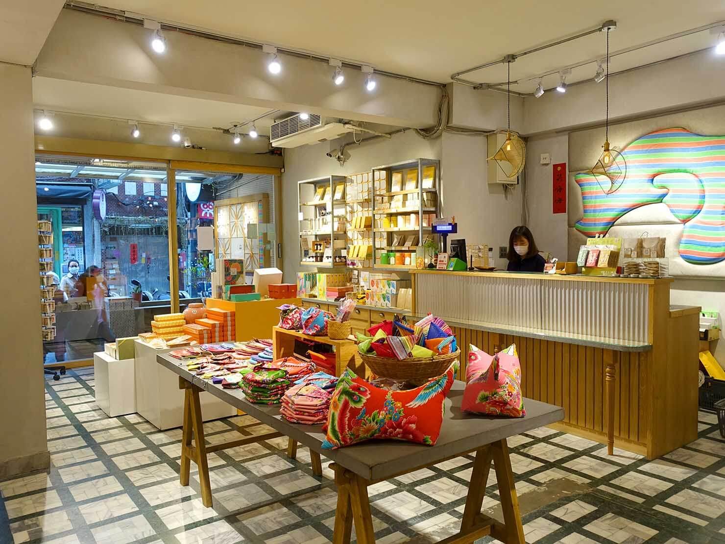 台北・永康街のおすすめおみやげショップ「來好 LAIHAO」の屋内側から見た店内