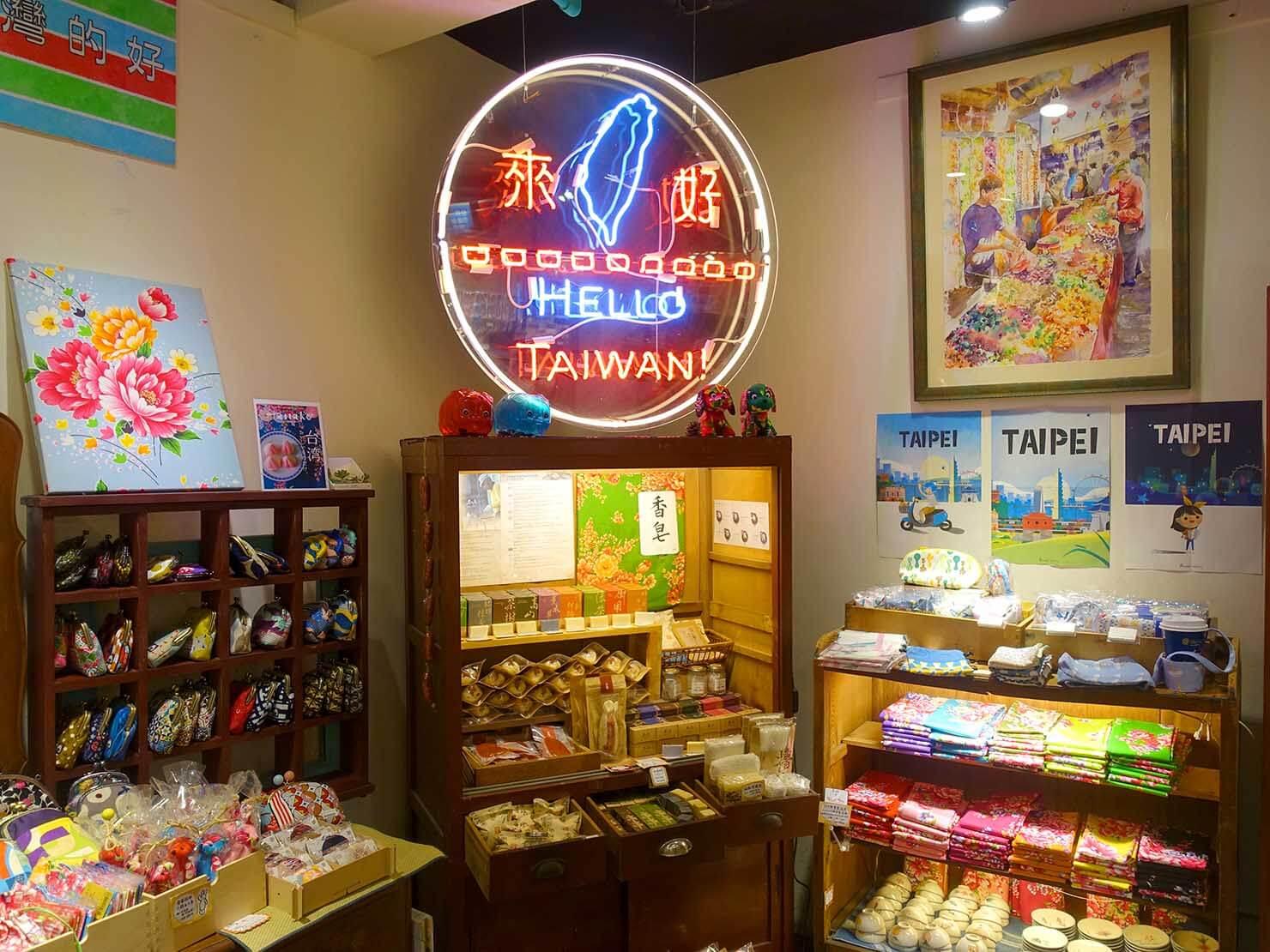 台北・永康街のおすすめおみやげショップ「來好 LAIHAO」のB1フロアにあるネオン管