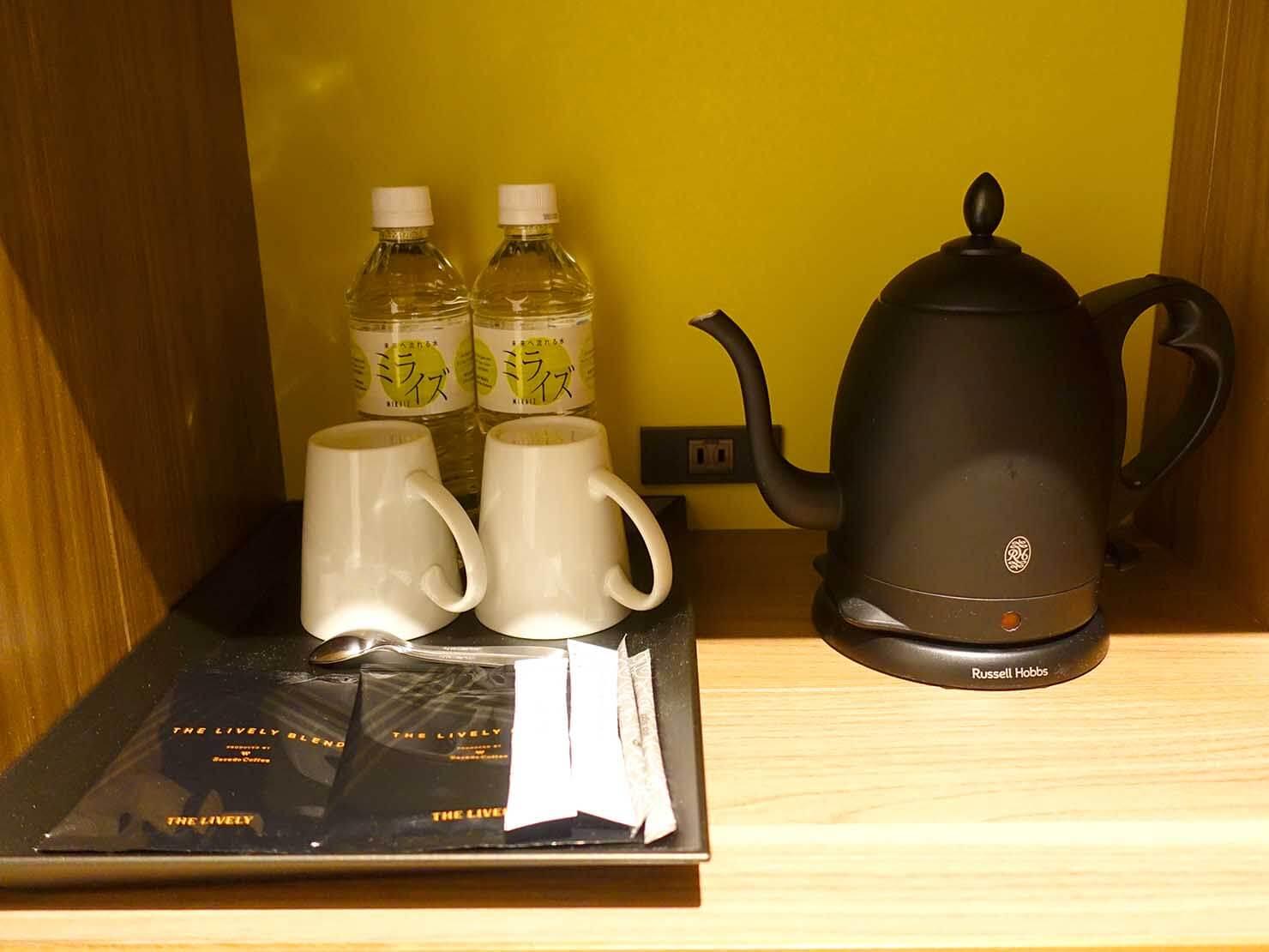 福岡・中洲川端にあるおしゃれなおすすめホテル「THE LIVELY」スタンダードダブルの棚に置かれたミネラルウォーター