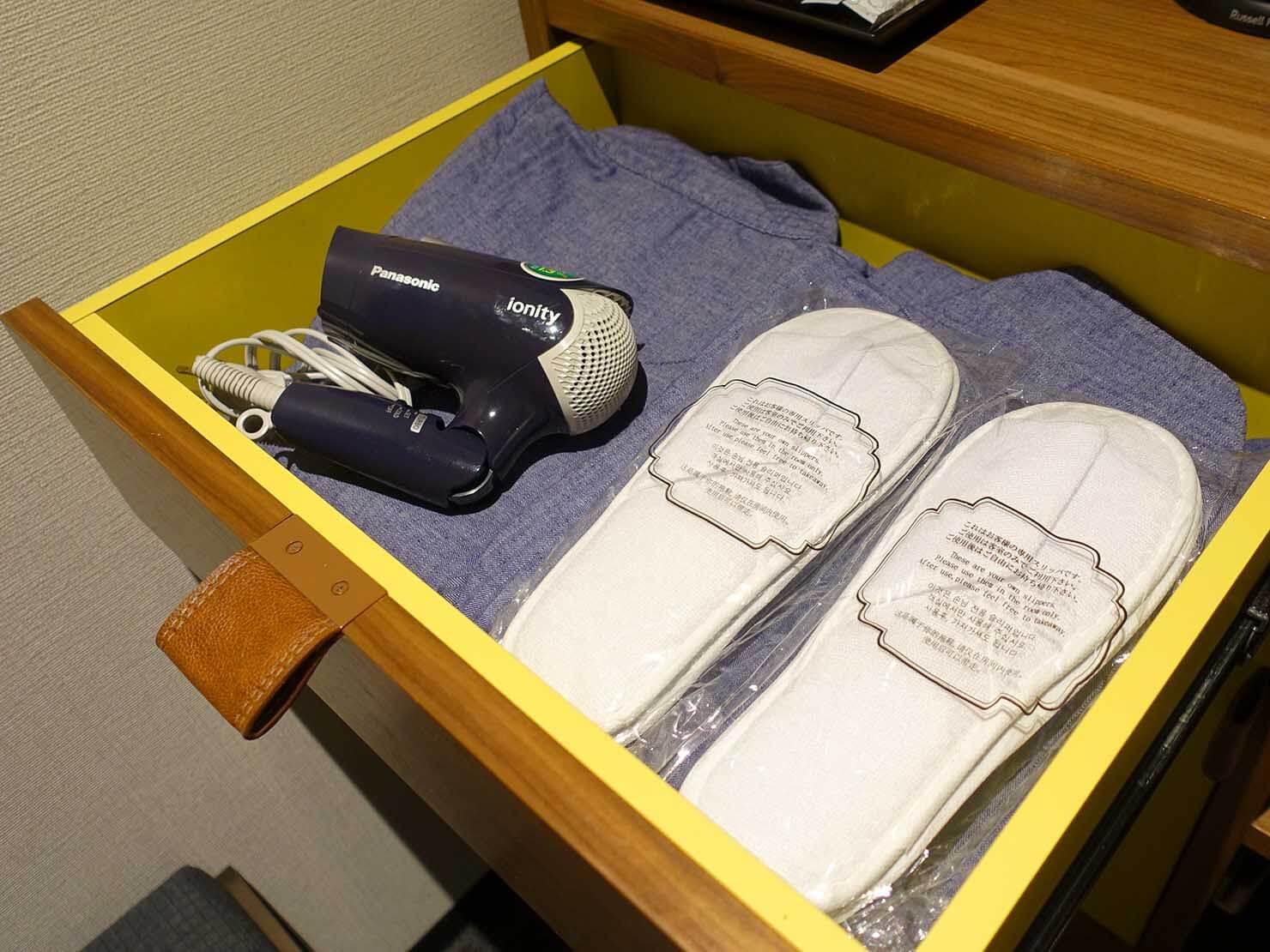 福岡・中洲川端にあるおしゃれなおすすめホテル「THE LIVELY」スタンダードダブルの引き出しに準備されたドライヤーなど