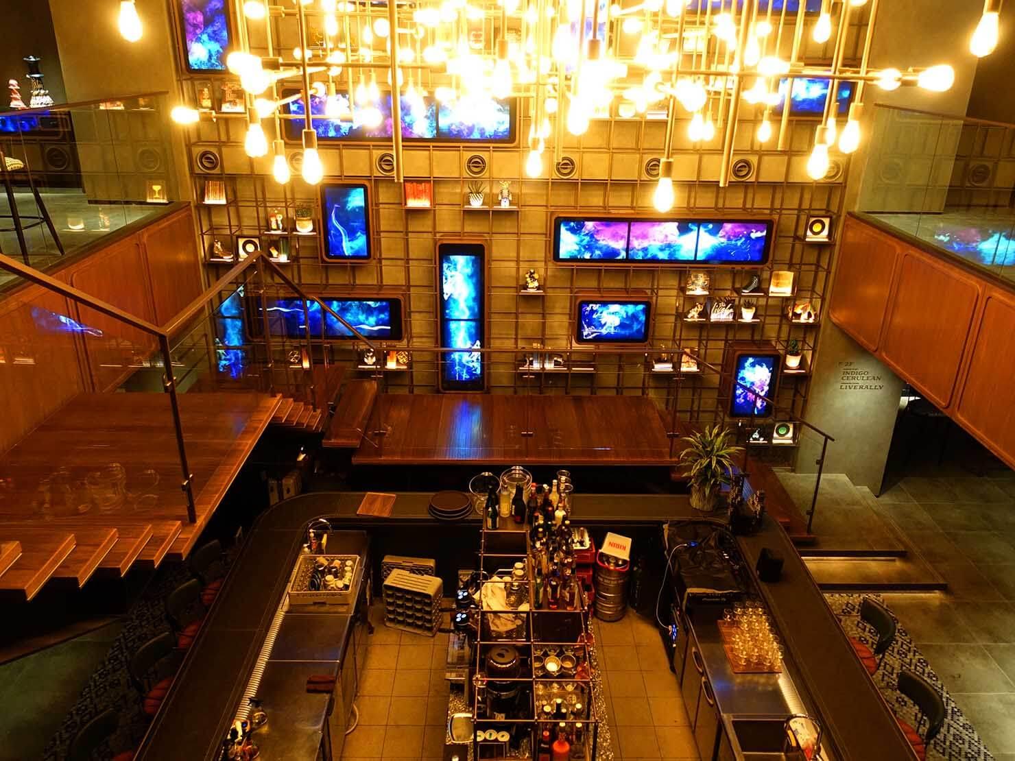 福岡・中洲川端にあるおしゃれなおすすめホテル「THE LIVELY」2Fから眺める1Fバーカウンター