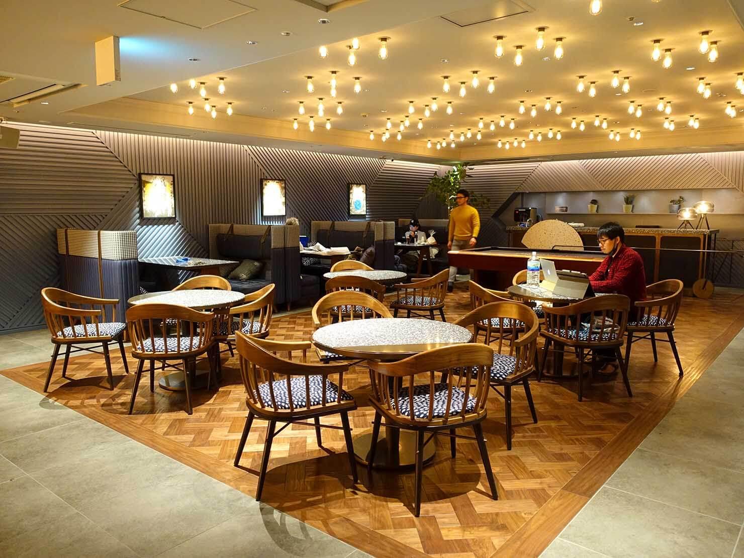 福岡・中洲川端にあるおしゃれなおすすめホテル「THE LIVELY」のコワーキングスペース・LIVERALLYのテーブル席
