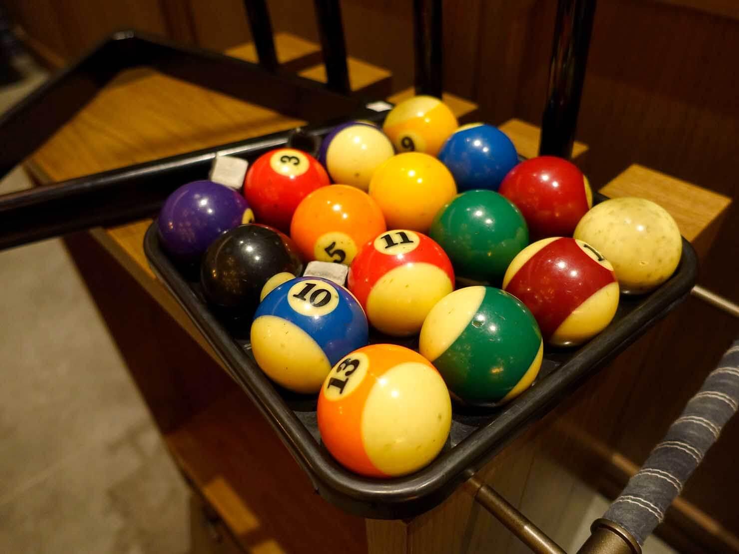 福岡・中洲川端にあるおしゃれなおすすめホテル「THE LIVELY」のコワーキングスペース・LIVERALLYのビリヤードボール