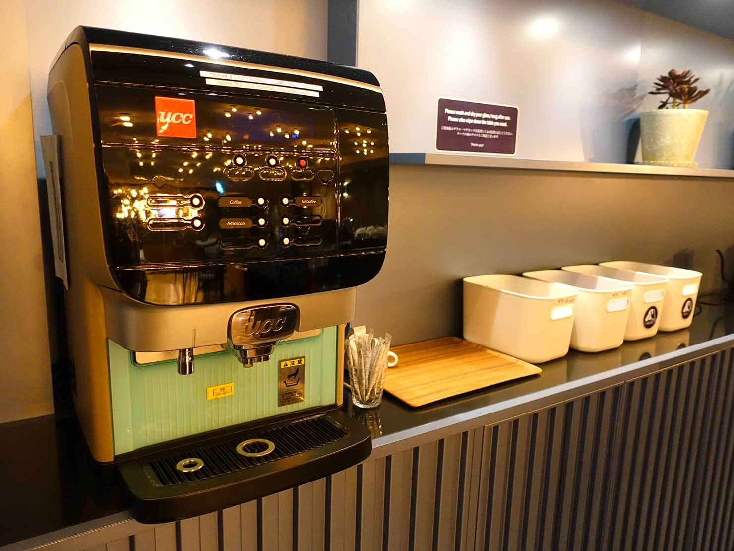 福岡・中洲川端にあるおしゃれなおすすめホテル「THE LIVELY」のコワーキングスペース・LIVERALLYのコーヒーマシン