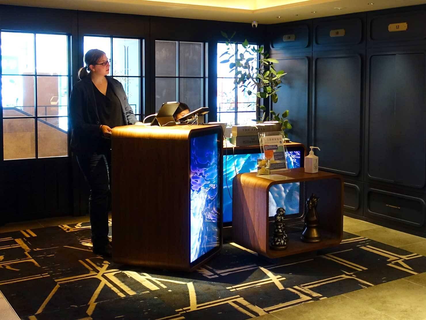 福岡・中洲川端にあるおしゃれなおすすめホテル「THE LIVELY」のチェックインカウンター