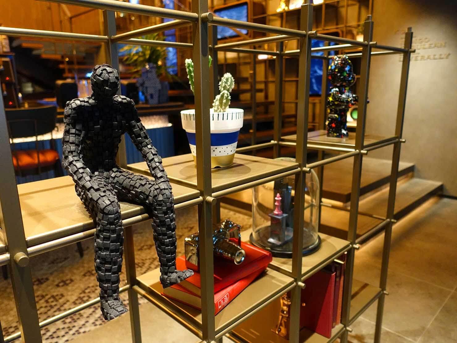 福岡・中洲川端にあるおしゃれなおすすめホテル「THE LIVELY」1Fロビーの飾り棚
