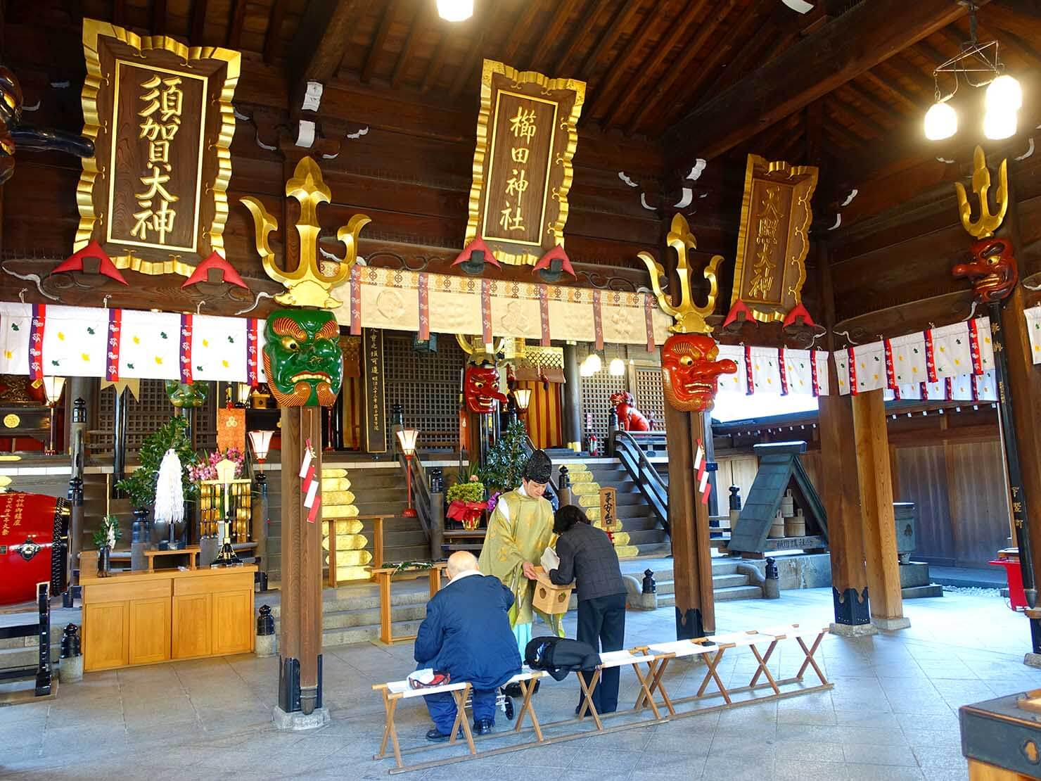 福岡・櫛田神社でお祈りをする参拝者