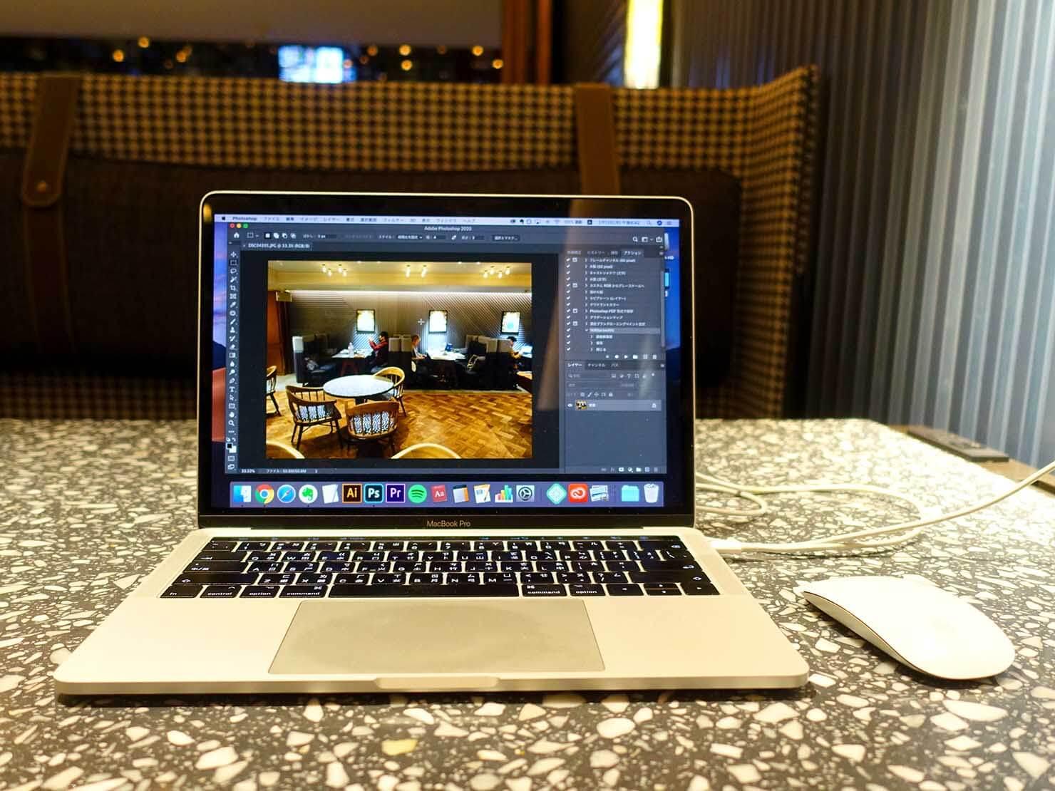 福岡・中洲川端にあるおしゃれなおすすめホテル「THE LIVELY」のコワーキングスペース・LIVERALLYでパソコン作業
