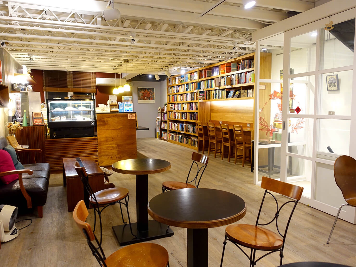 台北で日本語の本が買えるおすすめの古本屋さん「胡思二手書店」カフェスペース