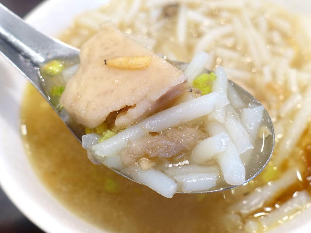 台北101エリア・MRT市政府駅周辺のおすすめグルメ店「胡饕米粉湯」の芋頭米粉湯クローズアップ