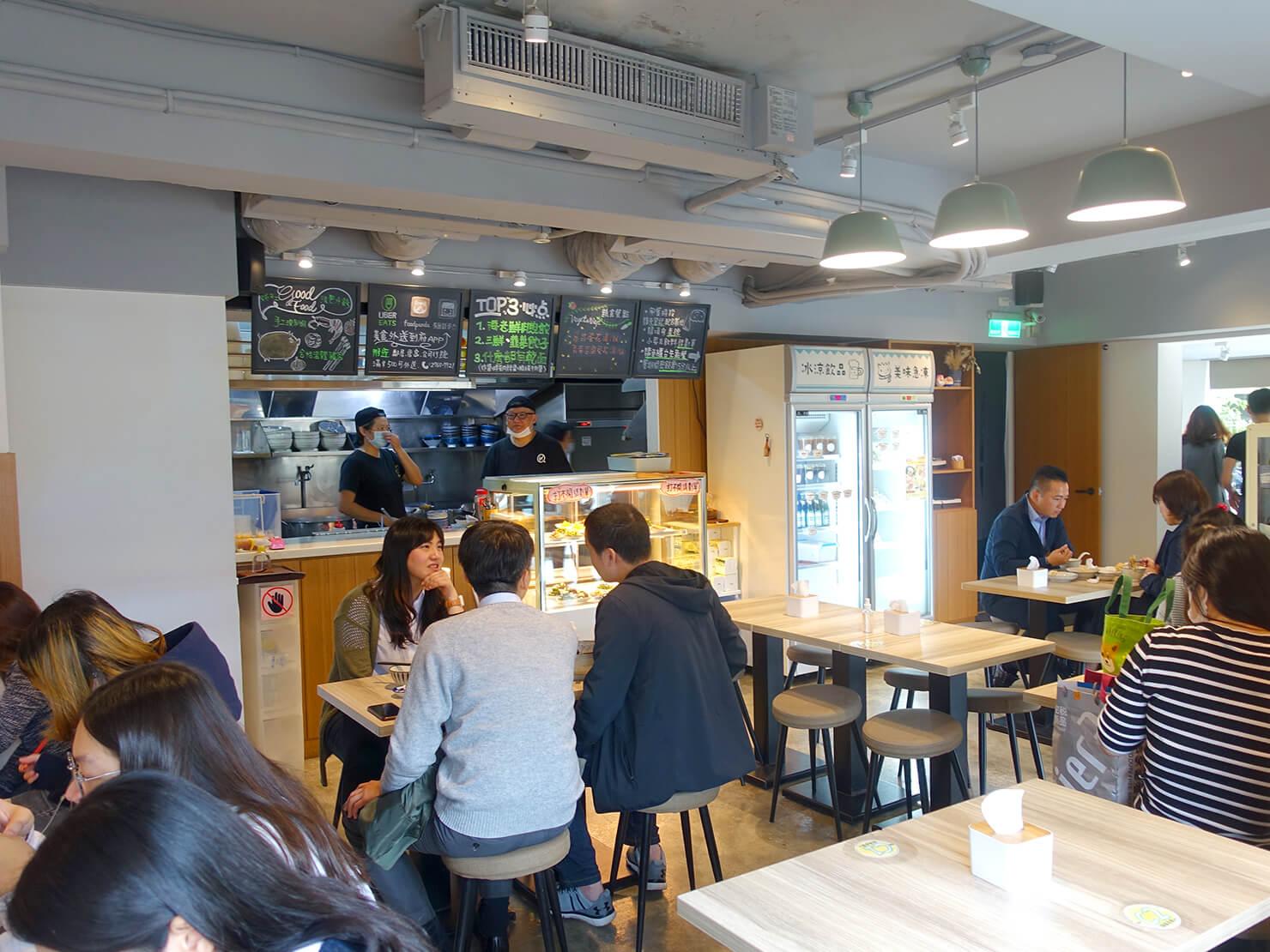 台北101エリア・MRT市政府駅周辺のおすすめグルメ店「餃子樂」の店内