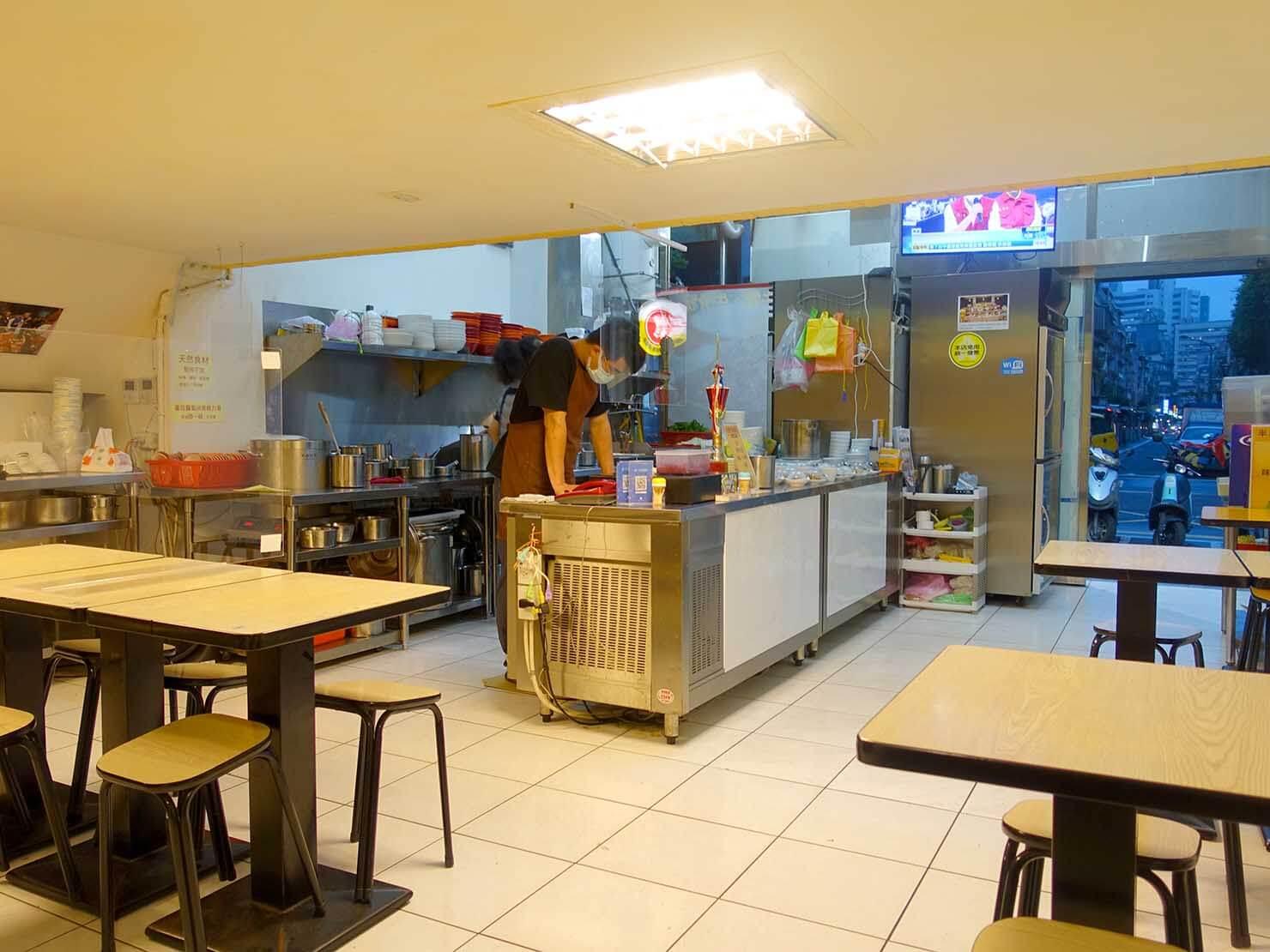台北101エリア・MRT市政府駅周辺のおすすめグルメ店「半島牛肉麵」の店内