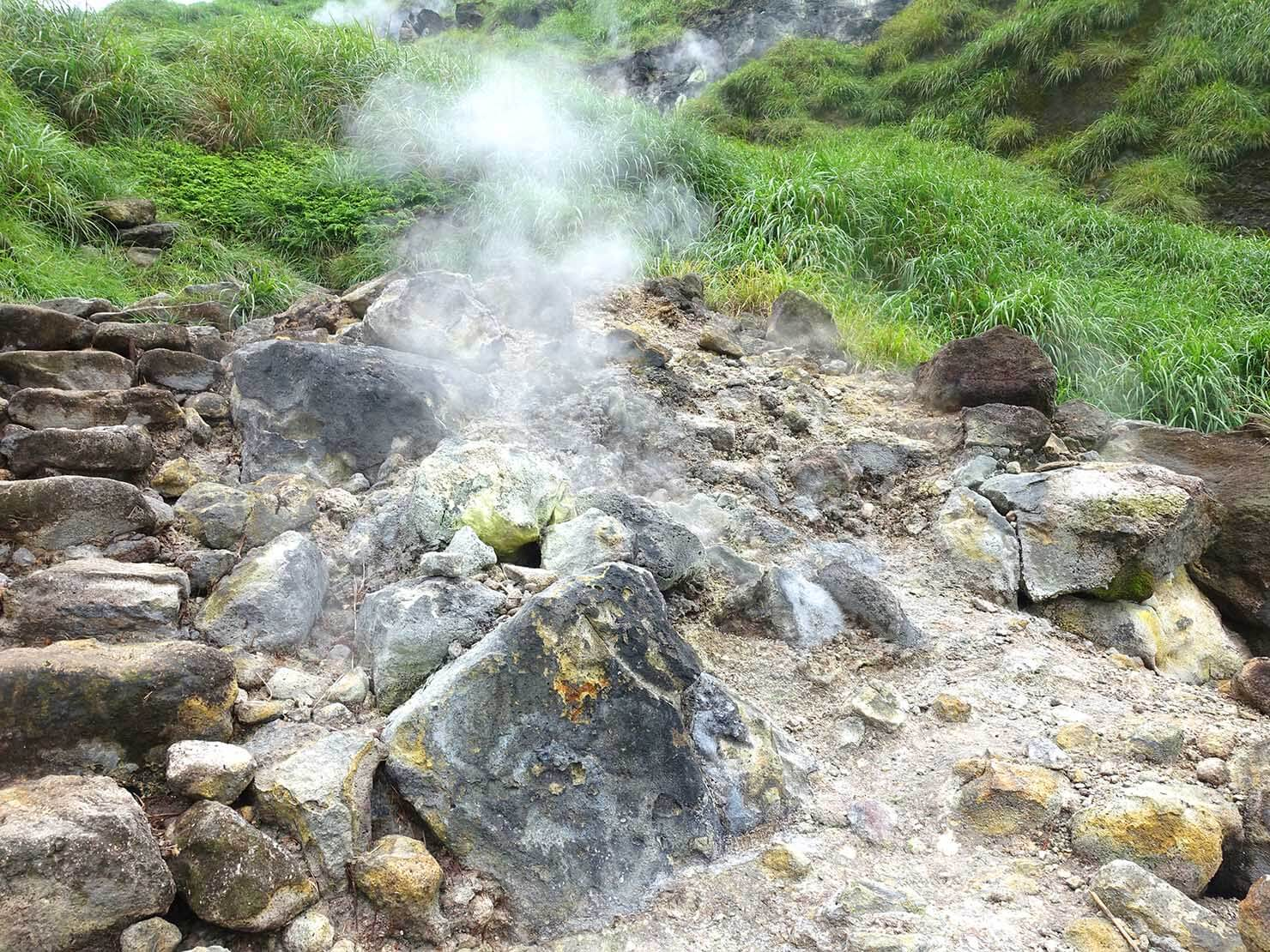 台北最高峰・七星山への登山歩道沿道に吹き出す蒸気