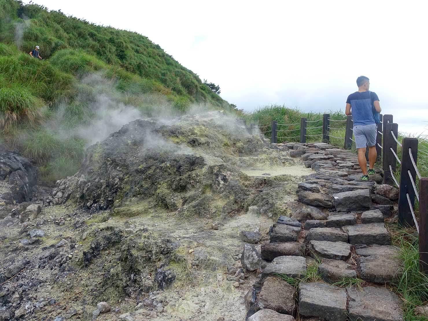 台北最高峰・七星山への登山歩道で蒸気の吹き出す岩の横を抜ける